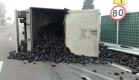 Wypadek w Zalesianach – przewróciła się ciężarówka z węglem, fot. Kolizyjne Podlasie