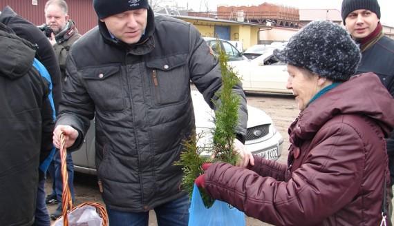 Działacze PSL-u rozdawali sadzonki drzewek w Łomży, 18.03.2017, fot. Adam Dąbrowski