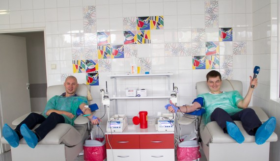 Jak oddaje się krew - eksperyment Andrzeja Ryczkowskiego i Kamila Kalickiego, foto: Monika Kalicka