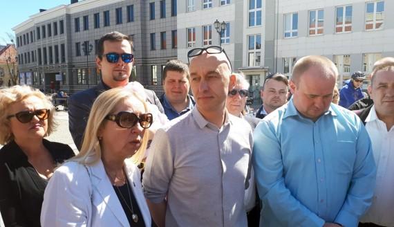 Tadeusz Arłukowicz i sympatycy Stowarzyszenia Kukiz'15, fot. Wojciech Szubzda