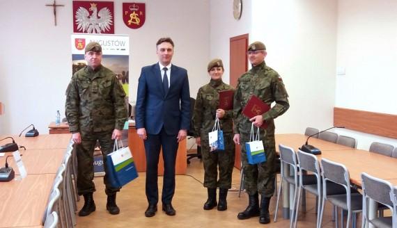 Burmistrz Augustowa nagrodził urzędników za służbę w WOT, fot. Marta Sołtys