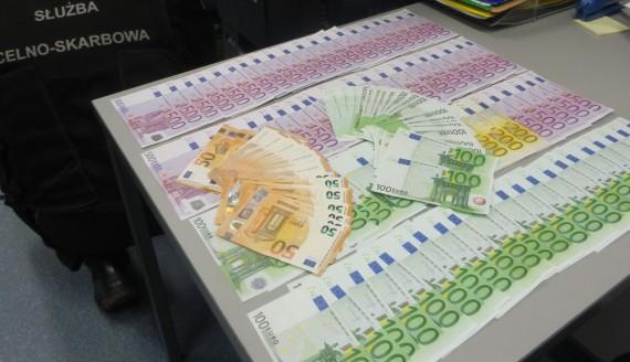 Rosjanin próbował wwieźć do Polski 32 tys. euro i blisko 2,5 miliona rubli, źródło: http://www.podlaskie.kas.gov.pl