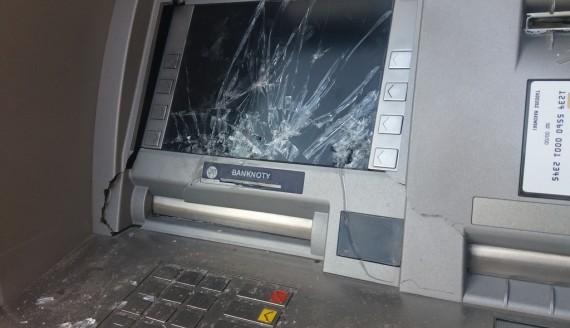 Policja szuka sprawców, którzy zniszczyli w Suwałkach dwa bankomaty, fot. Marcin Kapuściński