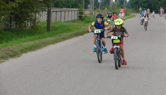 Ok. 100 rowerzystów wzięło udział w zawodach kolarskich w powiecie zambrowskim, fot. Adam Dąbrowski