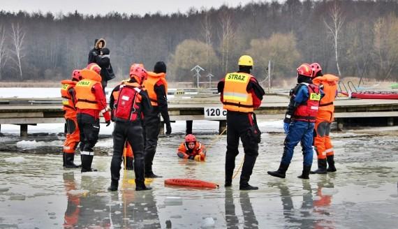 Ćwiczenia strażaków z działań na lodzie, fot. Sylwia Krassowska