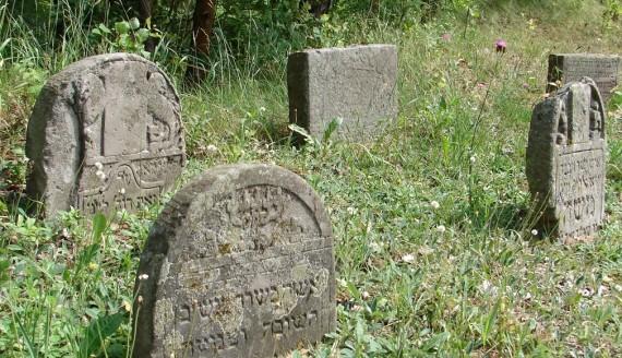 Na żydowski cmentarz w Ciechanowcu wróciły kamienie nagrobne, fot. Adam Dąbrowski