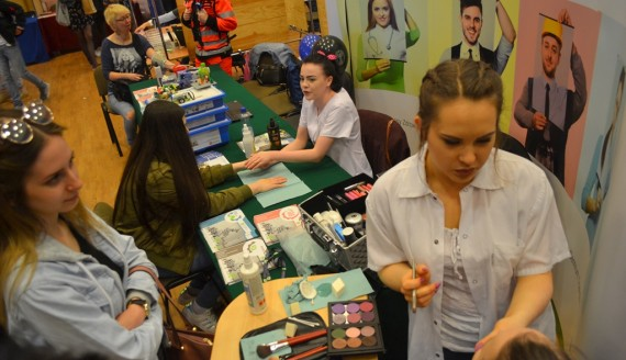 Uczniowie zapoznawali się z ofertami uczelni i lokalnych firm - Targi Pracy i Kariery w Augustowie, fot. Marcin Kapuściński