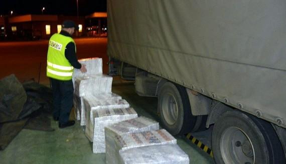Nielegalne papierosy o wartości ponad 120 tys. zł w tirze - zarekwirowali je w Kuźnicy funkcjonariusze KAS, źródło: http://www.podlaskie.kas.gov.pl