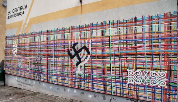 Swastyka na białostockim muralu przy przy Alei Piłsudskiego 19/1, fot. Sylwia Krassowska