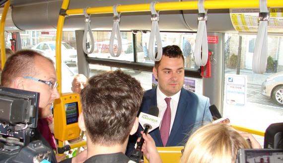 Prezydent Łomży Mariusz Chrzanowski przedstawił proponowane zmiany podczas rejsowego kursu autobusem MPK, fot. Adam Dąbrowski
