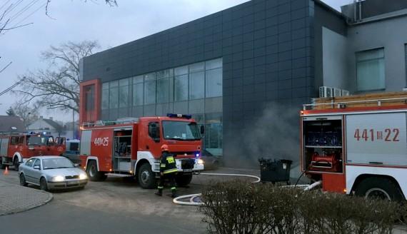 Ewakuacja centrum handlowego w Kolnie – na parkingu podziemnym wybuchł pożar, fot. Paweł Wądołowski