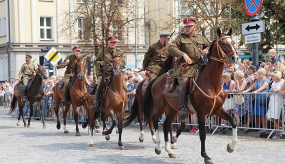 Widowisko historyczne na Placu NZS w Białymstoku - polskie oddziały walczyły z wojskami bolszewickimi, fot. Marcin Gliński