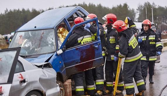 Karambol na S8 – podlascy strażacy, policjanci i ratownicy ćwiczyli na wypadek katastrofy komunikacyjnej, fot. Paweł Wądołowski