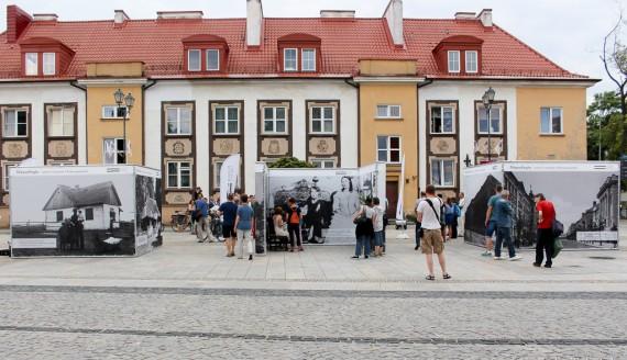 """Wystawa """"Niepodległa - ziemie wschodnie II Rzeczpospolitej"""" na Rynku Kościuszki w Białymstoku, fot. Sylwia Krassowska"""