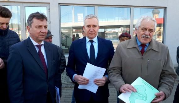 Andrzej Halicki, Robert Tyszkiewicz i sołtys Grabówki Tadeusz Karpowicz, fot. Wojciech Szubzda