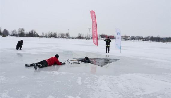 Pokaz ratowania osób, pod którymi załamie się lód, Suwałki, fot. Iza Kosakowska