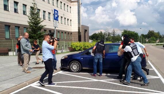 Doprowadzenie pasażerki do prokuratury, fot. Wojciech Szubzda