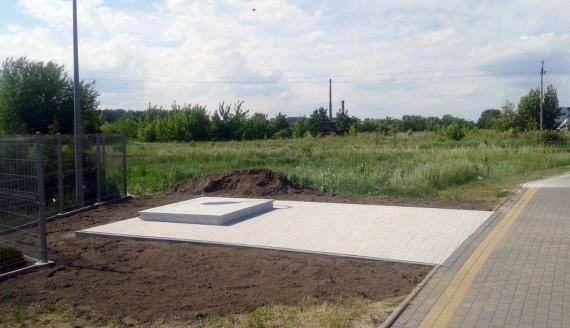 Obelisk upamiętniający rtm. Witolda Pileckiego w Łomży, źródło: Bractwo Krzyża Świętego