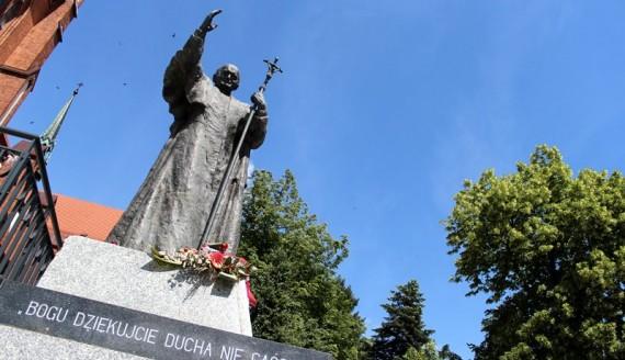 Pomnik Jana Pawła II przed wejściem do archikatedry, fot. Katarzyna Cichoń