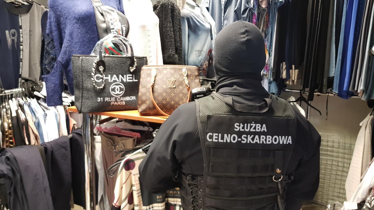 7d887decd6821 Oszustwo na miejskim targowisku – zamiast oryginałów sprzedawała ...