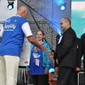 """Załoga """"Paliwa Wyborczego"""" odbiera nagrodę z rąk marszałka województwa podlaskiego, Jarosława Dworzańskiego, fot. Anna Kruszewska"""