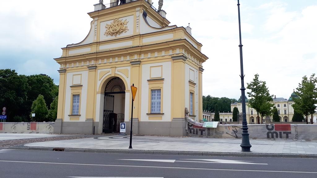 Na płocie przy głównej bramie Pałacu Branickich pojawiły się siatki ochronne, fot. Wojciech Szubzda