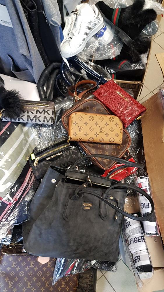86cea5a4a0e41 Było to niemal tysiąc sztuk ubrań, butów, torebek i portfeli oznaczonych  logo znanych zagranicznych marek.