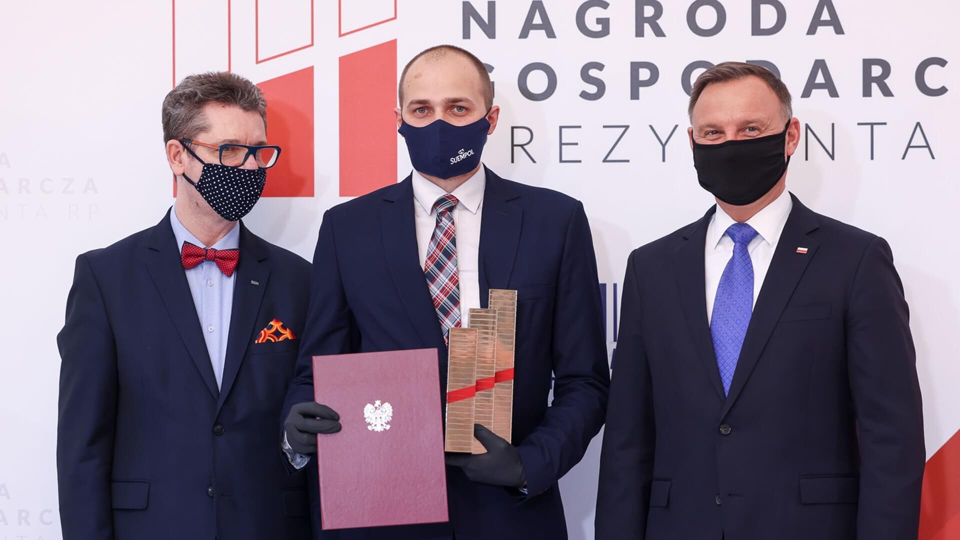 Przedstawiciele firmy Suempol odbierają Nagrodę Gospodarczą z rąk Prezydenta RP Andrzeja Dudy, fot. Jakub Szymczuk / KPRP