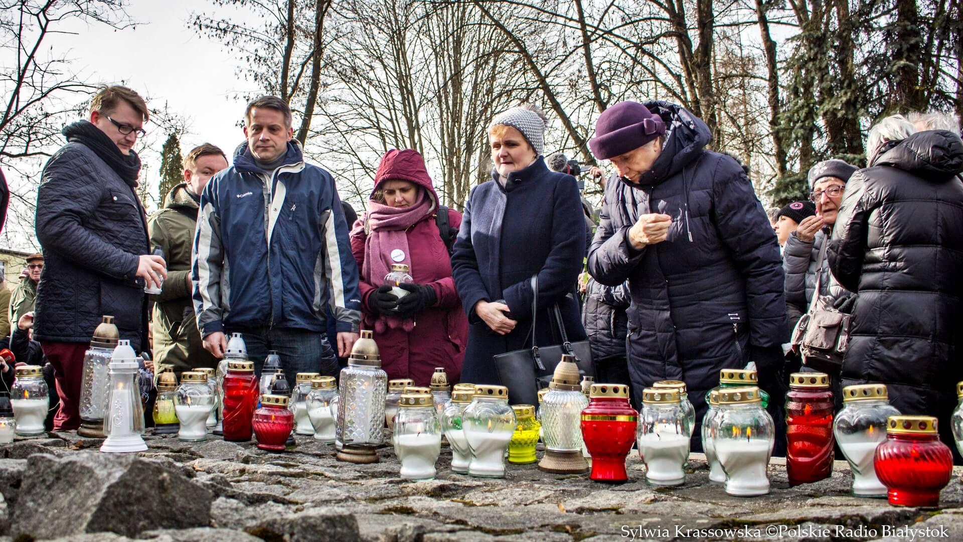"""Mieszkańcy Hajnówki zorganizowali akcję pod hasłem """"Wiecznaja Pamiat' - Wieczna Pamięć"""". fot. Sylwia Krassowska"""