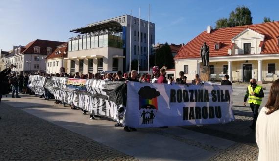 Kilkadziesiąt osób wzięło udział w pierwszym Marszu Normalności w Białymstoku, fot. Marcin Gliński