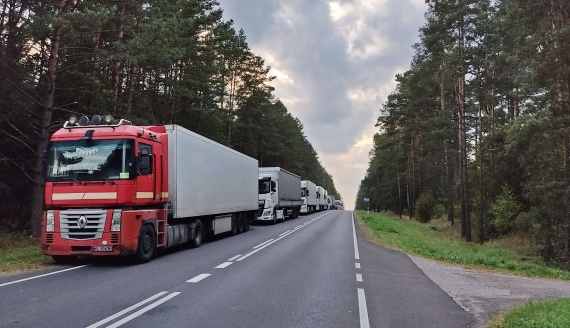 Wielokilometrowe kolejki ciężarówek przed przejściami granicznymi z Białorusią, fot. Adam Janczewski