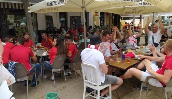 Polscy i hiszpańscy kibice przed meczem w Sewilli, fot. Jacek Dąbrowski