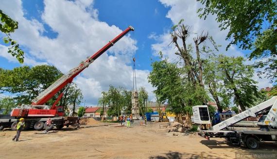 Pomnik Niepodległości, który waży ponad 20 ton trzeba było przenieść w inne miejsce Kolna, 4.06.2020, fot. Paweł Wądołowski