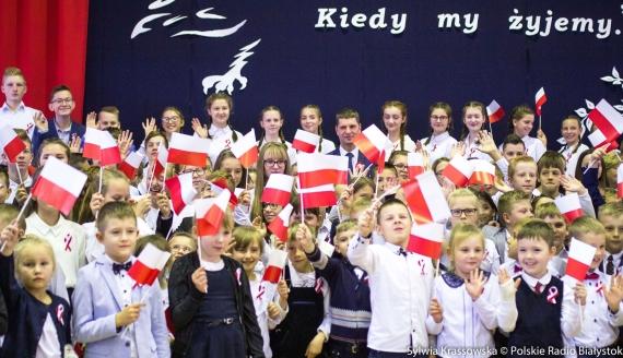 """Akcja """"Szkoła do hymnu"""" w Nowych Piekutach, fot. Sylwia Krassowska"""