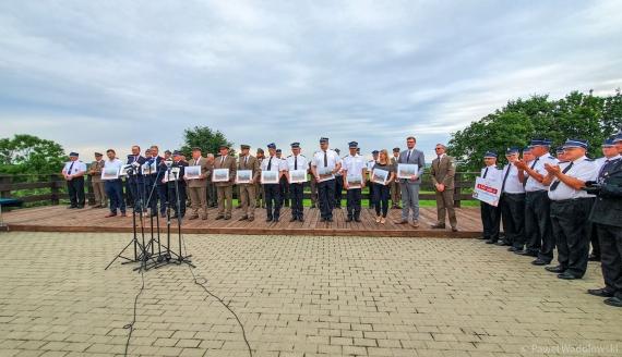 Michał Woś wręczył honorowe odznaki zaangażowanym w akcję gaśniczą Biebrzańskiego PN, fot. Paweł Wądołowski