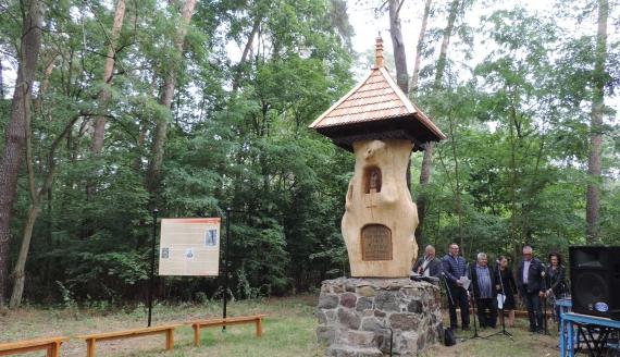 W Lesie Jednaczewskim k. Łomży odsłonięto odnowiony pomnik Stacha Konwy - fot. Adam Dąbrowski