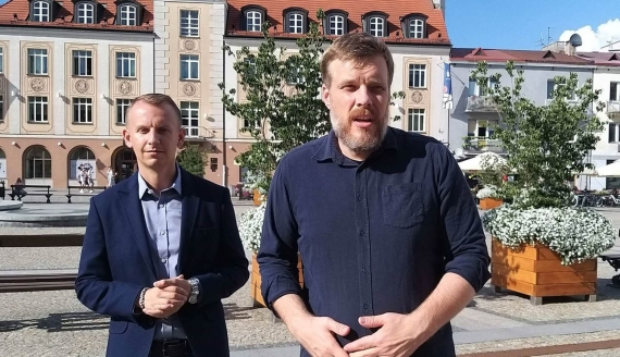 Od lewej: Seweryn Prokopiuk i Adrian Zandberg z partii Razem - fot. Anna Petrovska