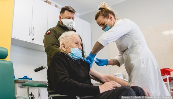 Żołnierze WOT pomagają kombatantom przy szczepieniach, Łapy, fot. Joanna Szubzda
