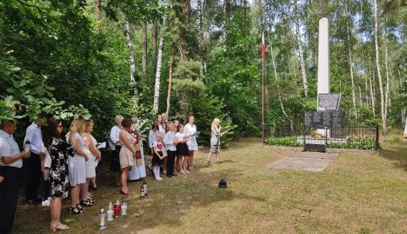 Przedstawiciele lokalnych władz i mieszkańcy upamiętnili ofiary hitlerowców sprzed 77 lat, fot. Adam Janczewski