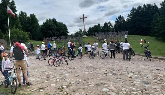 """Kilkadziesiąt osób wyruszyło w Rajdzie Rowerowym """"Śladami Ofiar Obławy Augustowskiej"""", fot. Areta Topornicka"""