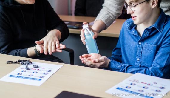 Jak skutecznie myć ręce - lekcja pokazowa w Technikum Programistycznym INFOTECH w Białymstoku, fot. Sylwia Krassowska