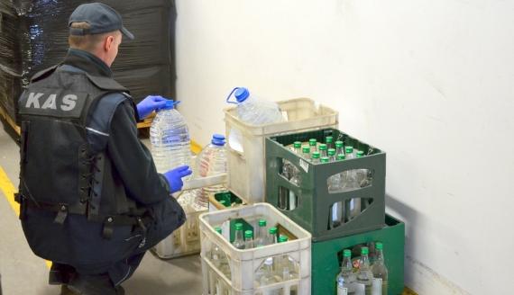 Podlaska KAS przekazała sanepidowi alkohol m.in. zatrzymany podczas przemytu, źródło: www.podlaskie.kas.gov.pl