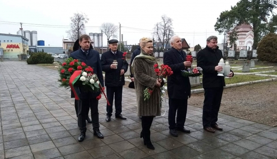 Ambasador Białorusi w Podlaskiem - złożył kwiaty na wojennym cmentarzu i spotkał się z młodzieżą, fot. Anna Petrovska