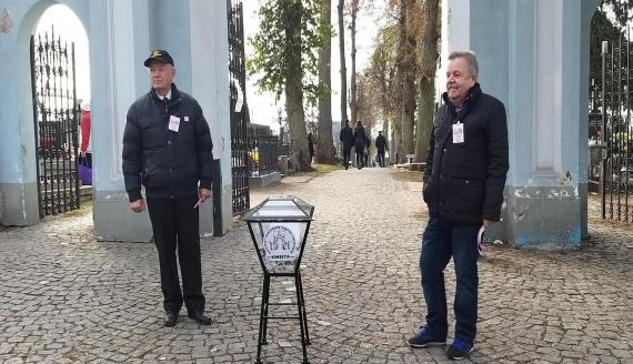 Kwesta na cmentarzu w Łomży, fot. Adam Dąbrowski