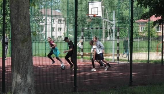 Konsultacje z wychowania fizycznego w Szkole Podstawowej w Wojnach-Krupach, fot. Adam Dąbrowski