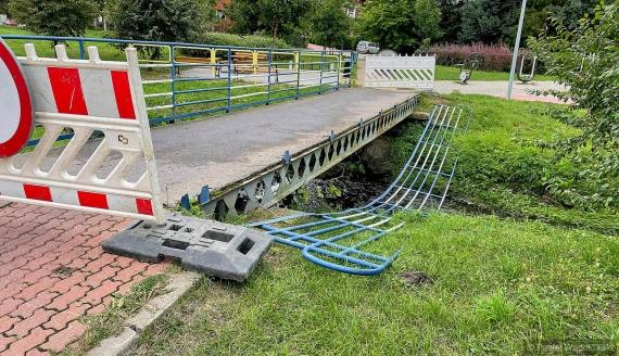 Ktoś zniszczył kładkę przy ulicy Wesołej w Łomży, fot. Paweł Wądołowski