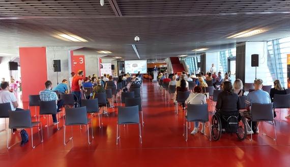 Na stadionie w Białymstoku sportowcy z niepełnosprawnościami rozmawiali o swoich problemach w czasie pandemii, fot. Wojciech Szubzda