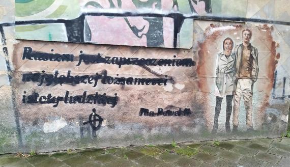 Zamalowany mural z cytatem Jana Pawła II w Białymstoku, fot. Grzegorz Pilat