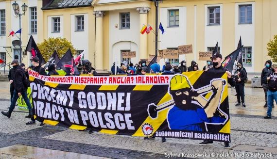 Kilkadziesiąt osób przyszło na Rynek Kościuszki w Białymstoku z transparentami nawiązującymi do Święta Pracy, fot. Sylwia Krassowska