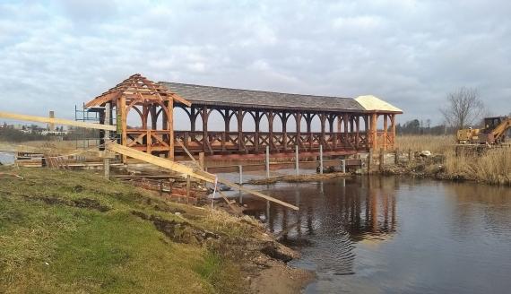 Nad rzeką Supraśl jest nowa drewniana kładka, fot. Wojciech Szubzda